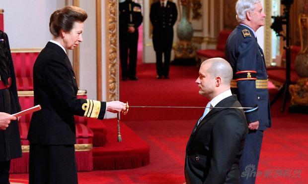 乔纳森-艾维是英国人,2011年被英女王授予骑士爵位