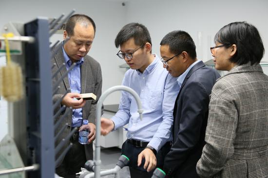 中国载人航天及材料领域专家调研企业实验室
