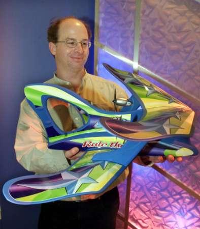 图文:新型遥控玩具飞机飞行高度可达100米高