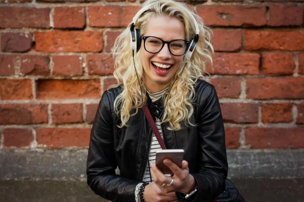 花1亿美元签播客红人 音乐播放平台Spotify出走求