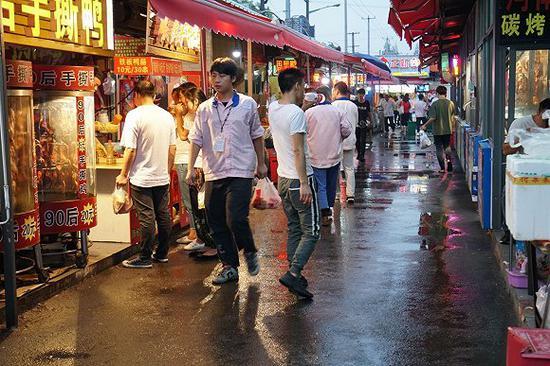 还没入夜,昌硕夜市就已经开始热闹。青年们在为晚班做着准备。摄影:杨舒鸿吉
