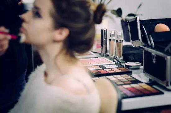 化妆间里的各种化妆品,来源:Pexels.com