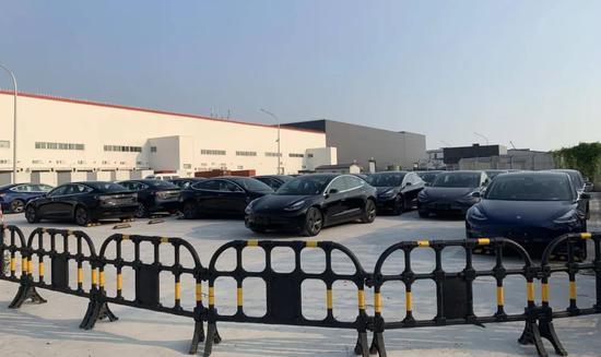 停放在特斯拉工厂的新车 未来汽车日报 摄