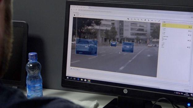 为自动驾驶做数据标注的范围包括人、车辆、路牌、车道标记——甚至天空。