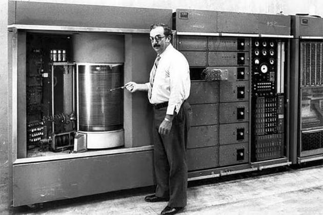 1956年,IBM发明了世界第一个机械硬盘。