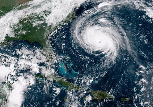 """飓风""""佛罗伦斯""""逐渐接近,并且变得越来越强,它在美国北卡罗来纳州和南卡罗来纳州上空盘旋多天,最终它将超过海岸,向内陆地区带来数英尺高的海浪。"""