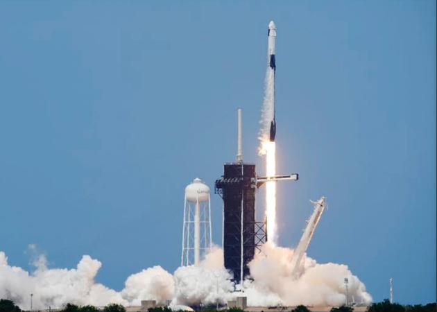 SpaceX首次载人飞行发射成功 飞往国际空间站