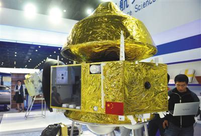 2015年11月2日,上海,中国首颗火星全球遥感与着陆巡视探测器原理样机在2015中国国际工业博览会上展出。资料图片/视觉中国