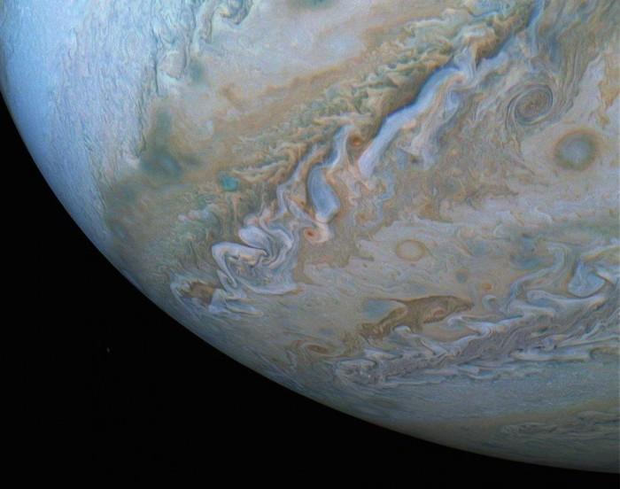 NASA发布朱诺号拍摄的罕见木星大气层壮美图案 证券配资